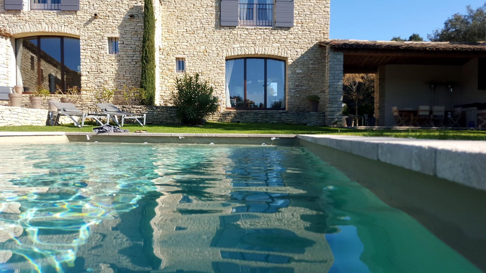 Piscine 2 printemps terrasses de gordes luberon provence for Chambre d hote gordes